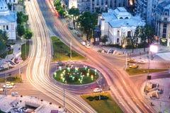 Bucarest en la noche Cuadrado de la universidad, kilómetro 0 del capital imágenes de archivo libres de regalías
