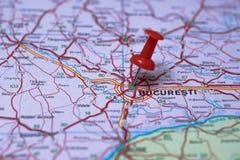 Bucarest en mapa y el pasador rojo Foto de archivo