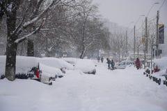 BUCAREST - 13 FÉVRIER : Chutes de neige lourdes de presque 60 cm2 de pieds Photo libre de droits