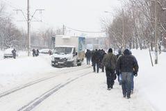 BUCAREST - 13 FÉVRIER : Les chutes de neige lourdes presque de 60 cm (2 pieds) le 13 février 2012 a paralysé le trafic Image libre de droits