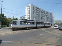 BUCAREST - 24 GIUGNO: Linea tranviaria nel traffico il 24 giugno 2017 a Bucarest, Romania Fotografie Stock