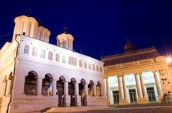 Bucarest por noche - catedral patriarcal foto de archivo