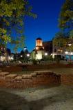 Bucarest por noche - iglesia y plaza viejas de la corte foto de archivo libre de regalías