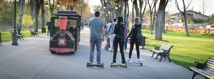 BUCAREST, ROMANIA, - 2 aprile 2016: La gente che utilizza hoverboard, un bordo a due ruote di equilibrio, nel parco Contenuto del Immagini Stock Libere da Diritti