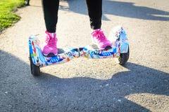 BUCAREST, ROMANIA, - 2 aprile 2016: La gente che utilizza hoverboard, un bordo a due ruote di equilibrio, nel parco Contenuto del Immagine Stock