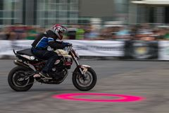 Bucarest, Romania - 24 maggio 2014: Narcis Roca che esegue una manifestazione del motociclo di acrobazia al festival di Iubim 2 R Fotografia Stock