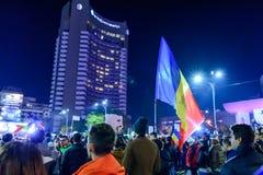 Bucarest, Romania - 4 novembre 2015: Circa 30.000 persone si riuniscono nelle vie della capitale Bucarest sulla sera Fotografie Stock