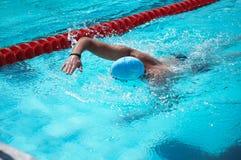 Bucarest, Romania, 2013: nuotatore non identificato durante lo swimaton bucuresti 2013 fotografie stock libere da diritti