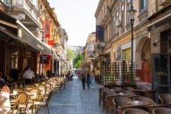 Bucarest, Romania - 28 04 2018: Turisti in Città Vecchia e ristoranti sulla via del centro di Lipscani, una dei la maggior parte Fotografie Stock Libere da Diritti