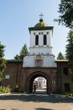 Bucarest, Roumanie - 10 août 2017 : Monastère de visite de touristes de Plumbuita à Bucarest, Roumanie - tour d'entrée et de cloc Photos libres de droits