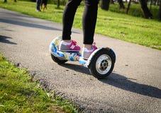 BUCAREST, ROUMANIE, - 2 avril 2016 : Les gens employant le hoverboard, un conseil à deux roues de auto-équilibrage, dans le parc  Photos stock