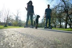 BUCAREST, ROUMANIE, - 2 avril 2016 : Les gens employant le hoverboard, un conseil à deux roues de auto-équilibrage, dans le parc  Photographie stock
