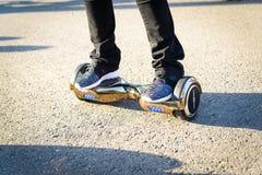 BUCAREST, ROUMANIE, - 2 avril 2016 : Les gens employant le hoverboard, un conseil à deux roues de auto-équilibrage, dans le parc  Photo stock