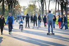 BUCAREST, ROUMANIE, - 2 avril 2016 : Les gens employant le hoverboard, un conseil à deux roues de auto-équilibrage, dans le parc  Images stock
