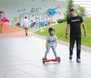 BUCAREST, ROUMANIE, - 2 avril 2016 : Les gens employant le hoverboard, un conseil à deux roues de auto-équilibrage, dans le parc  Image stock