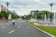 BUCAREST, ROUMANIE - 30 MAI 2017 : Paysage urbain de Bucarest avec la fontaine de rue et la rue vide Photos stock