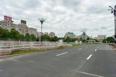BUCAREST, ROUMANIE - 30 MAI 2017 : Paysage urbain de Bucarest avec la fontaine de rue et la rue vide Image stock