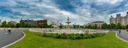 BUCAREST, ROUMANIE - 30 MAI 2017 : Paysage urbain de Bucarest avec la fontaine de rue et la rue vide Les Etats-Unis, la visite du Photo libre de droits
