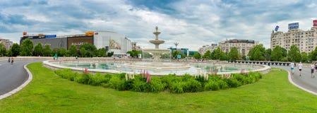 BUCAREST, ROUMANIE - 30 MAI 2017 : Paysage urbain de Bucarest avec la fontaine de rue et la rue vide Les Etats-Unis, la visite du Photographie stock libre de droits