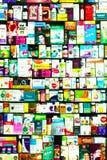 Bucarest, Roumanie - 16 mars 2019 : Un viseur de pharmacie de pharmacie rempli de diverses boîtes et bouteilles de médecine images libres de droits