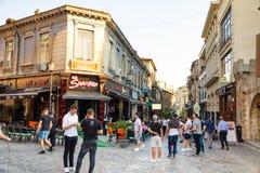 Bucarest, Roumanie - 28 04 2018 : Touristes dans la vieux ville et restaurants sur la rue du centre de Lipscani, une des la plupa Image stock