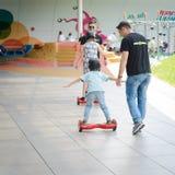 BUCAREST, RUMANIA, - 2 de abril de 2016: Gente que usa el hoverboard, tablero de dos ruedas de uno mismo-equilibrio, en el parque Imagenes de archivo