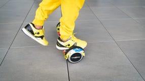 BUCAREST, RUMANIA, - 2 de abril de 2016: Gente que usa el hoverboard, tablero de dos ruedas de uno mismo-equilibrio, en el parque Fotos de archivo libres de regalías