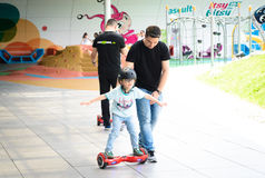 BUCAREST, RUMANIA, - 2 de abril de 2016: Gente que usa el hoverboard, tablero de dos ruedas de uno mismo-equilibrio, en el parque Imágenes de archivo libres de regalías