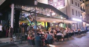 BUCAREST, RUMANIA - 4 DE AGOSTO DE 2017: Gente en un club de baile almacen de video