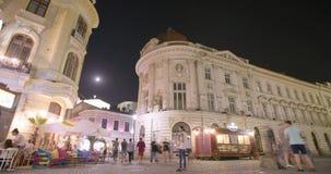 BUCAREST, RUMANIA - 4 DE AGOSTO DE 2017: Lapso de la noche de la ciudad vieja almacen de video