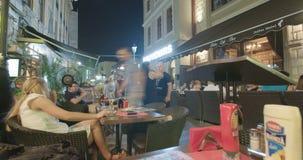BUCAREST, RUMANIA - 4 DE AGOSTO DE 2017: Lapso de tiempo de la gente en un restaurante metrajes