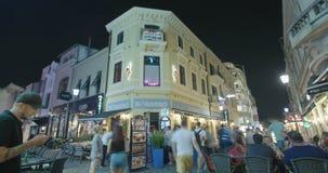 BUCAREST, RUMANIA - 4 DE AGOSTO DE 2017: Lapso de tiempo de turistas en la ciudad vieja metrajes