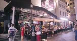 BUCAREST, RUMANIA - 4 DE AGOSTO DE 2017: Lapso de tiempo de turistas en un club de baile almacen de video