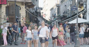 BUCAREST, RUMANIA - 4 DE AGOSTO DE 2017: Las calles de la ciudad vieja con los turistas almacen de video