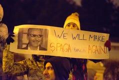 Bucarest, Rumania - 29 de enero de 2017: Mil personas marcharon a través de la capital rumana el miércoles por la noche para prot imagen de archivo libre de regalías