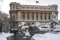 BUCAREST, RUMANIA - 11 DE ENERO DE 2017: El círculo militar nacional (Cercul Militar nacional) en Bucarest céntrica en la victori imagenes de archivo