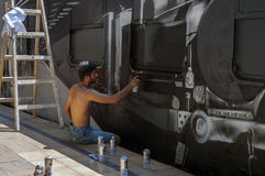 Bucarest, Rumania - 29 de junio de 2013:  Un dur joven del artista de la pintada Fotos de archivo