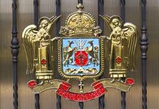 BUCAREST, RUMANIA - 13 de marzo: Metal la puerta con el escudo de armas de la iglesia ortodoxa rumana Imagen de archivo