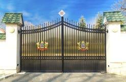 BUCAREST, RUMANIA - 13 de marzo: Metal la puerta con el escudo de armas de la iglesia ortodoxa rumana Imagen de archivo libre de regalías