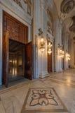 BUCAREST, RUMANIA - 22 DE MARZO: Tiro interior con el palacio de Imagenes de archivo