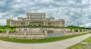 BUCAREST, RUMANIA - 30 DE MAYO DE 2017: El parlamento de Rumania Uno del edificio más grande del mundo Foto de archivo libre de regalías