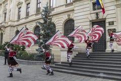 Bucarest, Rumania - 30 de mayo de 2014: La bandera duda demostración de los ejecutantes de Italia Fotografía de archivo