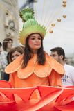 Bucarest, Rumania - 30 de mayo de 2014: Los bailarines de sexo femenino en trajes coloridos exóticos del carnaval presentan la de Foto de archivo