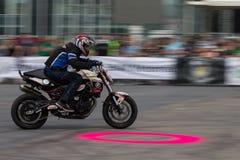 Bucarest, Rumania - 24 de mayo de 2014: Narcis Roca que realiza una demostración de la motocicleta del truco en el festival de Iu Foto de archivo