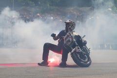 Bucarest, Rumania - 24 de mayo de 2014: Narcis Roca que realiza una demostración de la motocicleta del truco en el festival de Iu fotografía de archivo