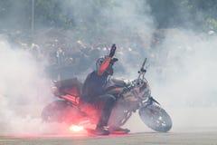 Bucarest, Rumania - 24 de mayo de 2014: Narcis Roca que realiza una demostración de la motocicleta del truco en el festival de Iu fotografía de archivo libre de regalías