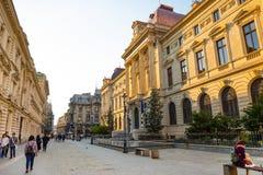 Bucarest, Rumania - 28 04 2018: Turistas en ciudad y restaurantes viejos en la calle céntrica de Lipscani, una la mayoría Fotos de archivo