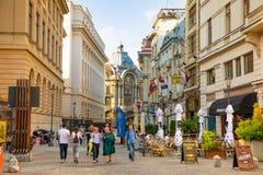 Bucarest, Rumania - 28 04 2018: Turistas en ciudad y restaurantes viejos en la calle céntrica de Lipscani, una la mayoría Fotografía de archivo