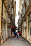 Bucarest, Rumania - 28 04 2018: Turistas en la calle estrecha de la ciudad y de restaurantes viejos en Bucarest céntrica Fotos de archivo libres de regalías