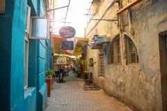 Bucarest, Rumania - 28 04 2018: Turistas en la calle estrecha de la ciudad y de restaurantes viejos en Bucarest céntrica Imagenes de archivo